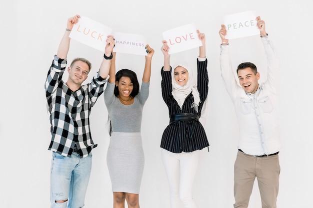 Groep diverse vrouwen en mannen die zich tegen witte achtergrond verenigen