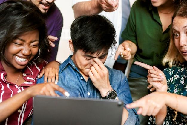 Groep diverse zakenmensen die samen naar inhoud op een digitale tablet kijken