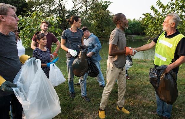 Groep diversiteit mensen vrijwillig liefdadigheidsproject