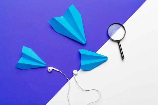 Groep document vliegtuigen op blauwe kleur. zakelijk voor nieuwe ideeën, creativiteit en innovatieve oplossingsconcepten