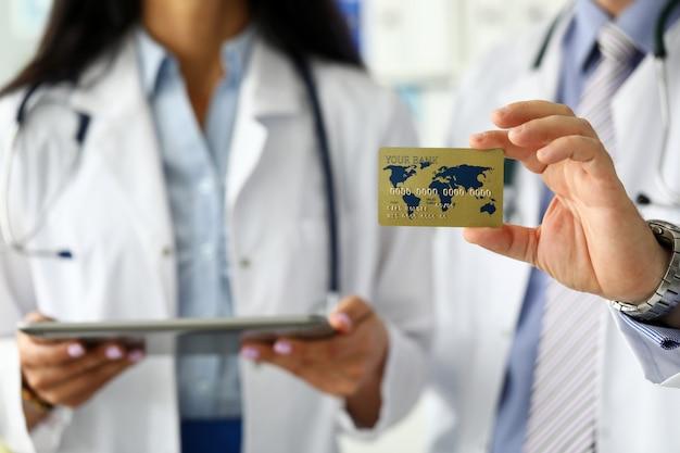Groep dokters die aan de speciale ledenkaart van de bezoeker presenteren