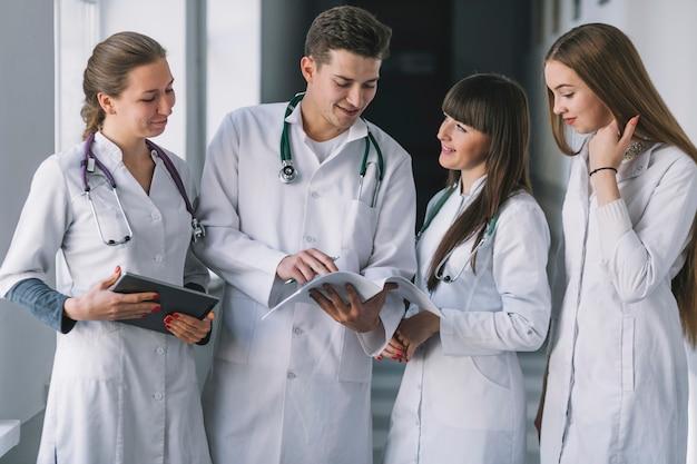 Groep dokters met papieren in de kliniek