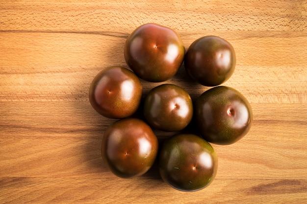 Groep donkerrode kumato-tomaten
