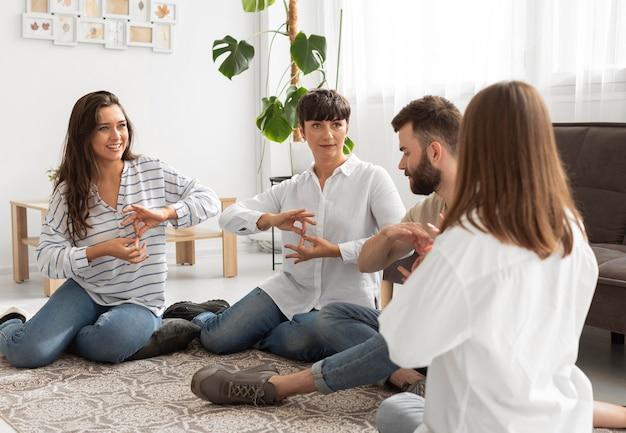 Groep dove mensen die communiceren via gebarentaal