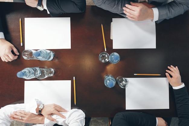 Groep drukke zakenmensen die op kantoor werken, bovenaanzicht