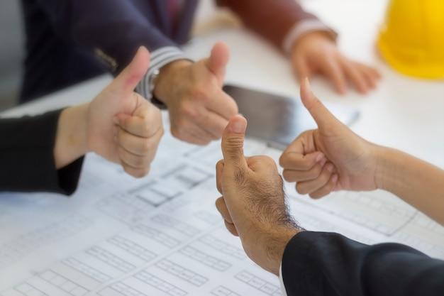 Groep duim omhoog zakenman teken voor graag en succes project in succesvolle concept.