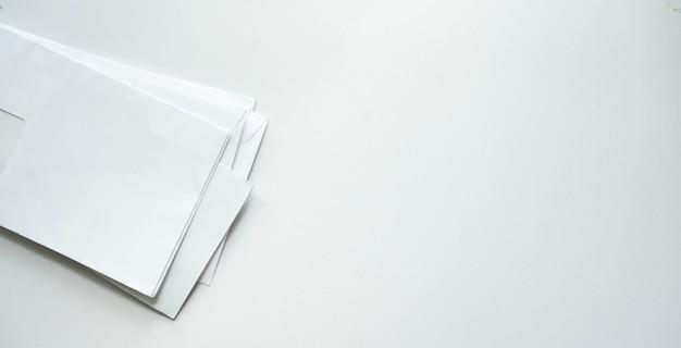 Groep factuurbriefpost van bank op witte achtergrond voor geld- en schuldbeheer