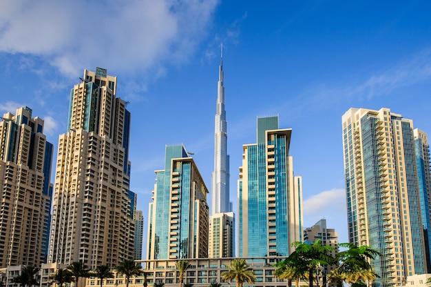 Groep gebouwen in de binnenstad van dubai, onderdeel van business crossing-project