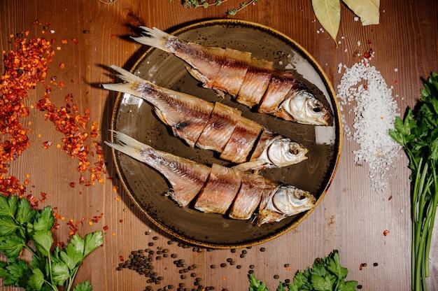 Groep gedroogde vis op plaat. zeevruchten. bovenaanzicht