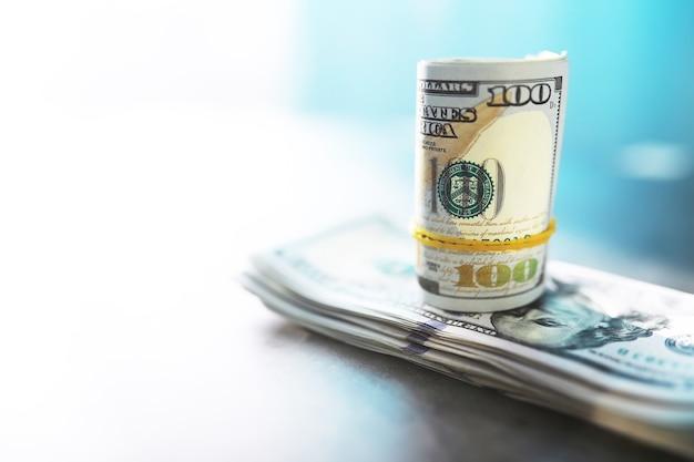 Groep geld stapel van 100 amerikaanse dollars bankbiljetten een groot deel van de achtergrondstructuur. contant geld in een grote stapel als financiële achtergrond.