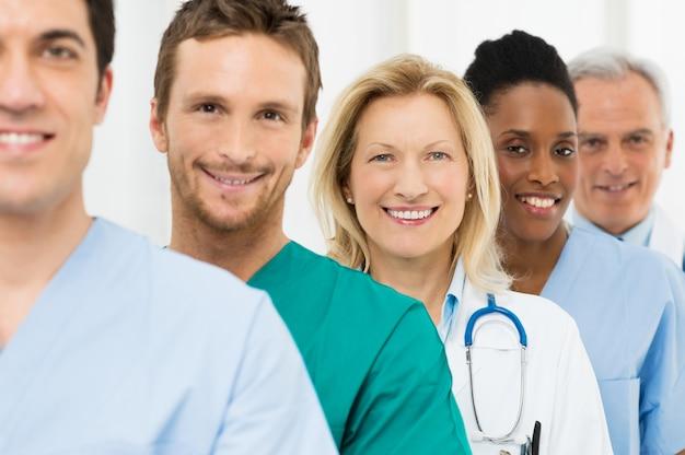 Groep gelukkige artsen