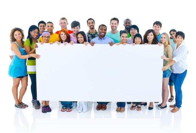 Groep gelukkige diverse studenten