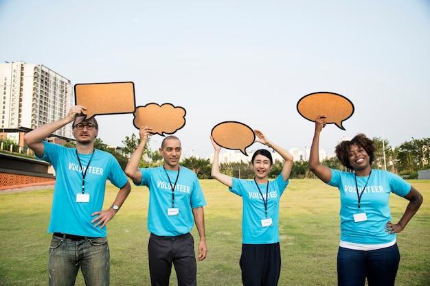 Groep gelukkige en diverse vrijwilligers met tekstballonnen