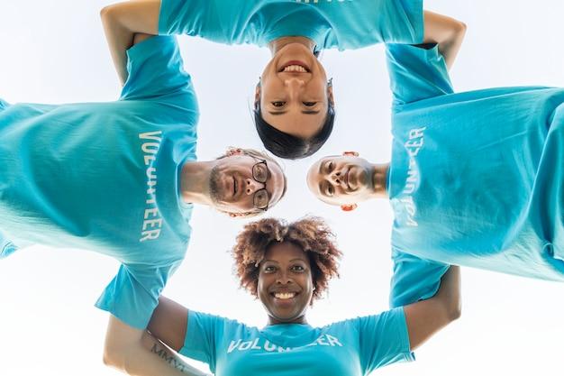 Groep gelukkige en diverse vrijwilligers