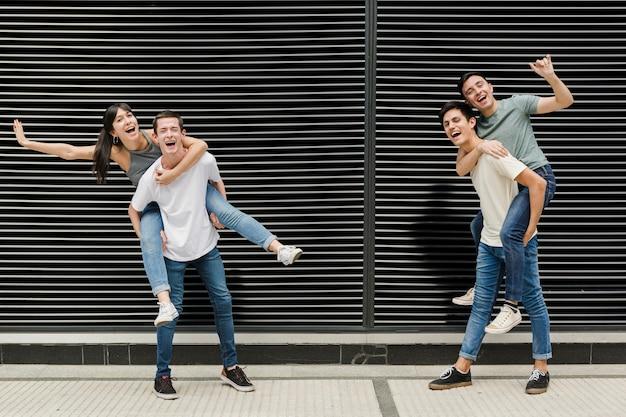 Groep gelukkige jonge mensen samen