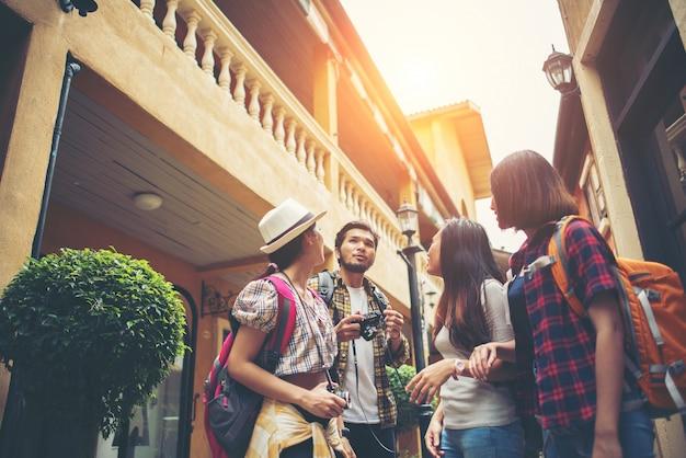 Groep gelukkige jonge vrienden plezier wandelen in stedelijke straat. vriendschap reizen concept.