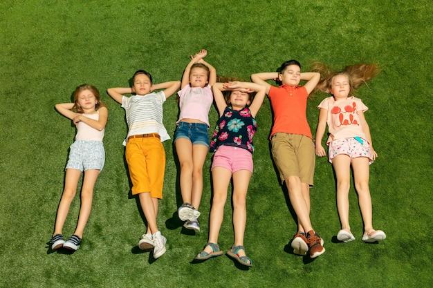 Groep gelukkige kinderen buiten spelen.