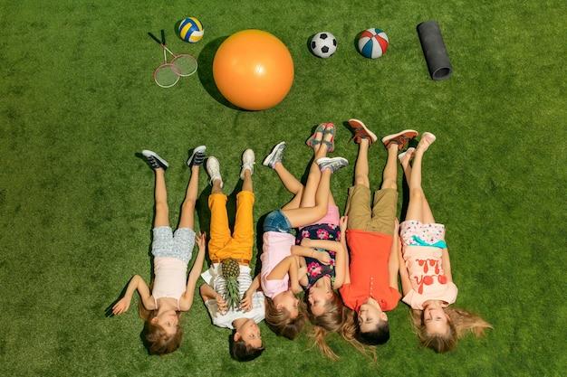 Groep gelukkige kinderen buiten spelen