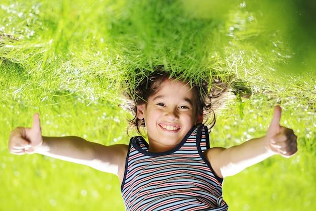 Groep gelukkige kinderen die in openlucht in de lentepark spelen