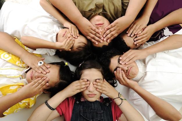 Groep gelukkige kinderen met gesloten ogen