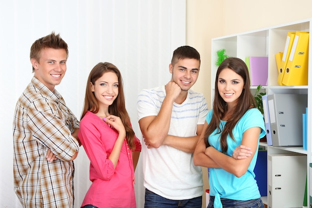 Groep gelukkige mooie jonge mensen op kamer