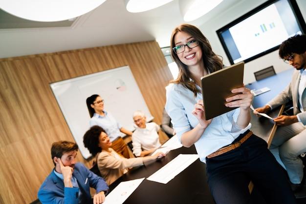 Groep gelukkige multi-etnische zakenmensen in een vergadering op kantoor