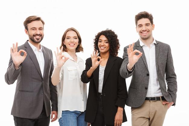 Groep gelukkige multiraciale bedrijfsmensen die ok tonen