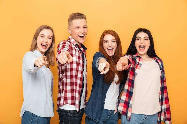Groep gelukkige schoolvrienden die vingers richten