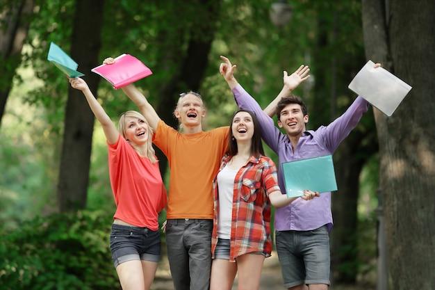 Groep gelukkige studenten in het stadspark.