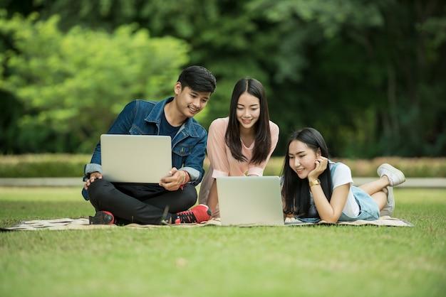 Groep gelukkige tiener middelbare schoolstudenten in openlucht