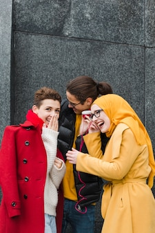 Groep gelukkige tieners die samen lachen