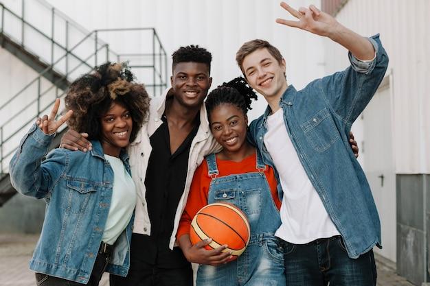 Groep gelukkige tieners die samen stellen