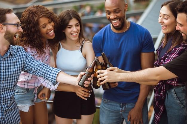 Groep gelukkige vrienden die bierpartij hebben.