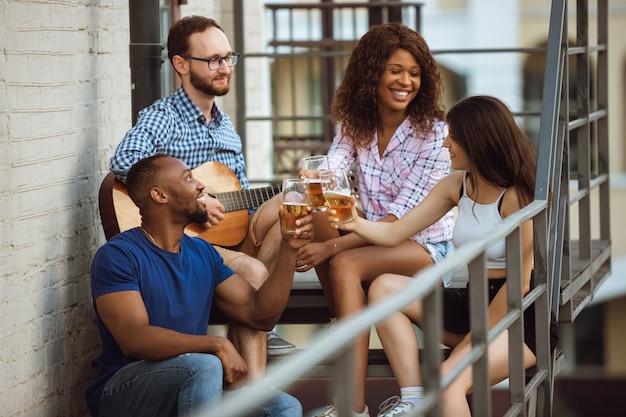 Groep gelukkige vrienden die een bierfeestje hebben in de zomerdag.