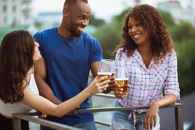 Groep gelukkige vrienden die een bierfeestje hebben in de zomerdag