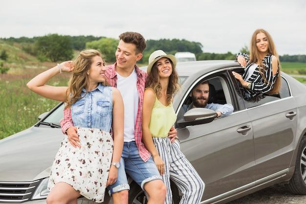 Groep gelukkige vrienden die samen op wegreis genieten van