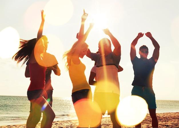 Groep gelukkige vrienden die samen plezier hebben op het strand