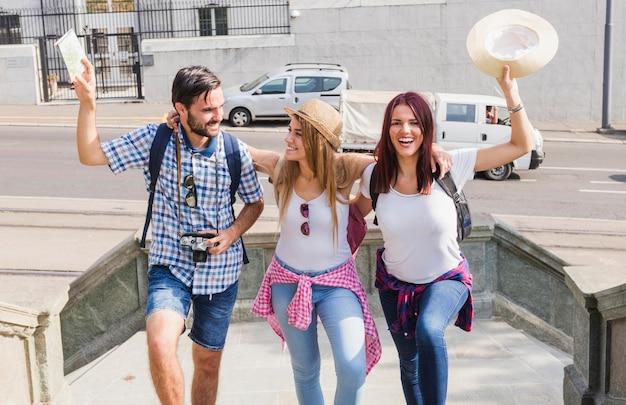 Groep gelukkige vrienden die van hun vakantie genieten Gratis Foto