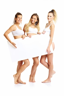 Groep gelukkige vrienden in ondergoed op witte achtergrond met banner
