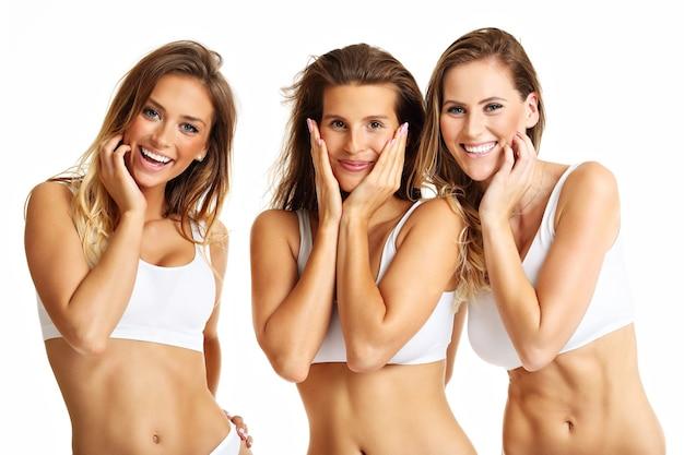 Groep gelukkige vrienden in ondergoed op witte achtergrond