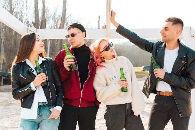 Groep gelukkige vrienden met bier dat pret heeft samen