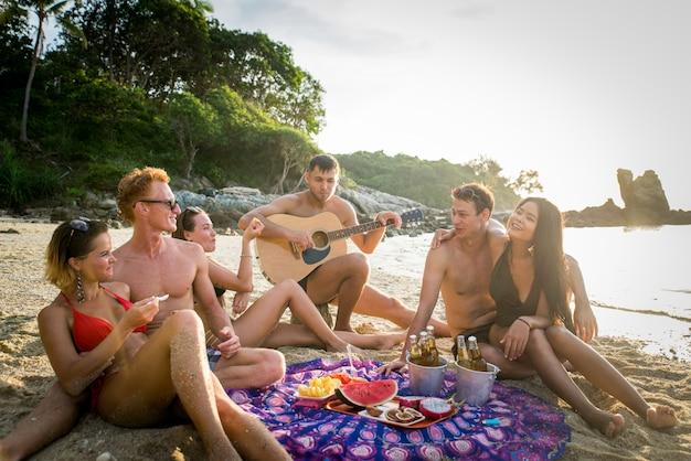Groep gelukkige vrienden op een tropisch eiland