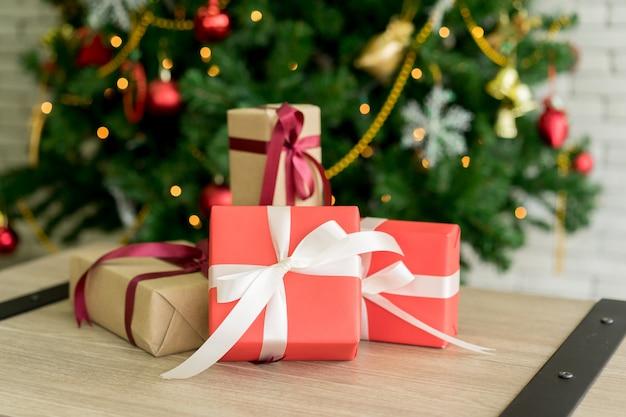 Groep geschenkdozen op houten tafelblad met kerst pine tree decor