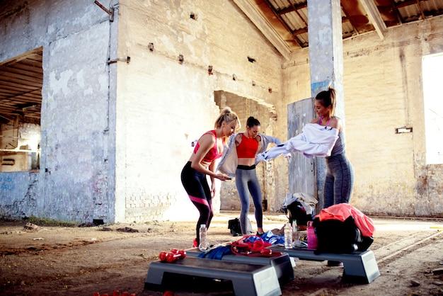 Groep geschiktheidsvrouwen die op opleiding voorbereiden. sterk vrouwenconcept.