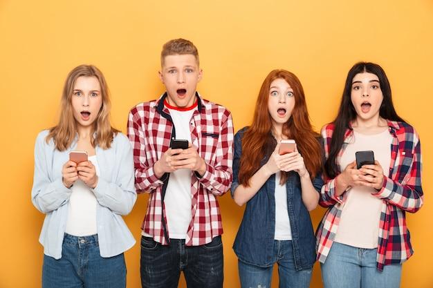 Groep geschokte schoolvrienden
