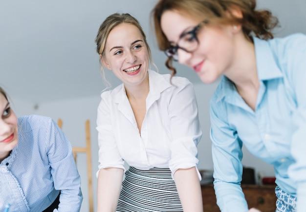 Groep glimlachende collega's in vergadering
