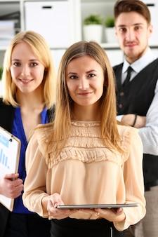 Groep glimlachende mensen die zich in bureau bevinden