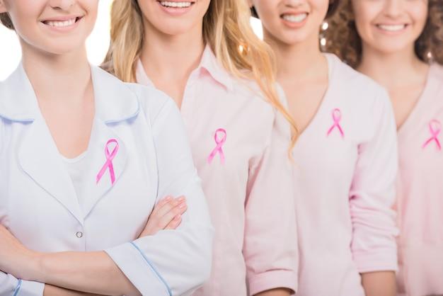 Groep glimlachende vrouwen en arts in lege t-shirts.