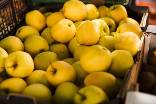 Groep groene appel bij fruitmarkt te koop