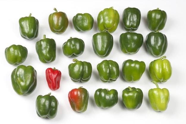 Groep groene paprika op witte achtergrond. gezonde verse groenten en eten